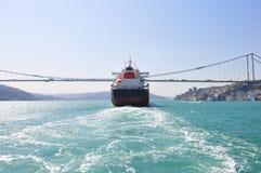 Stor lastbehållare som passerar bosphorusbron, Istanbul, Turkiet Royaltyfri Bild