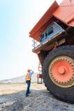 Stor lastbil för arbetare i grop Royaltyfria Foton