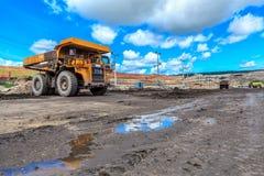 Stor lastbil i öppen grop och blå himmel Arkivbild