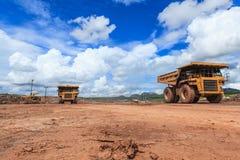 Stor lastbil i öppen grop och blå himmel Arkivfoto