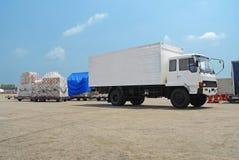 Stor lastbil med asken och gods Arkivfoto