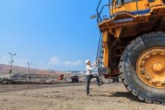 Stor lastbil och arbetare Arkivfoton
