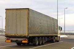 Stor lastlastbil som parkeras på en parkeringsplats Arkivfoton
