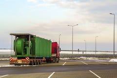 Stor lastlastbil som parkeras på en parkeringsplats Royaltyfri Foto