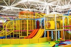 Stor lekrum för barn` s med en glidbana och färgrika bollar i underhållningmitt royaltyfri foto