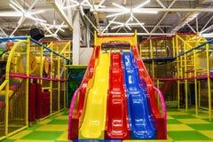 Stor lekrum för barn` s med en glidbana och färgrika bollar i underhållningmitt arkivfoton