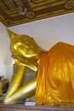 Stor liggande guld- Buddha i en tempel Arkivfoto