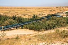Stor linje för vattenrör i den Negev öknen Royaltyfri Bild