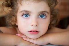 Stor litet barnflicka för blåa ögon som ser kameran Arkivfoto