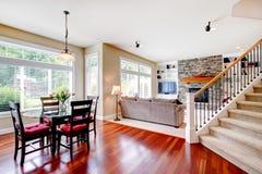 Stor living och matsal med trappuppgången Arkivfoton
