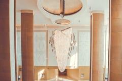 Stor ljuskrona i hotellet Swarovski kristaller smyckar ljuskronan arkivfoto