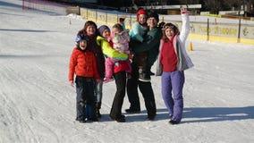 Stor lycklig familj som har roligt tillsammans De spenderar skidåkning för vinterferier i berg Bra lynne, leende, stående lager videofilmer