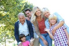 Stor lycklig familj som tycker om spendera tid tillsammans Arkivbild