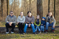 Stor lycklig familjstående Fotografering för Bildbyråer