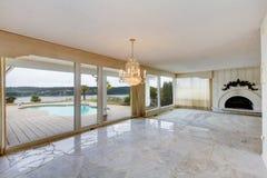 Stor lyxig tom vardagsrum med det vita marmorgolvet, stora wi royaltyfri bild