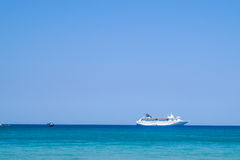 Stor lyxmotoryacht på ett tropiskt hav Arkivfoto