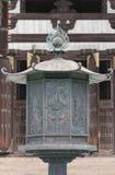 Stor mässingslykta framme av Todai-ji den buddistiska templet Arkivfoto