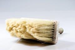 Stor målarfärgborste för att måla väggar, vit bakgrund Royaltyfria Foton