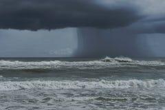 Stor mörk storm som Ashore kommer i Florida royaltyfria bilder