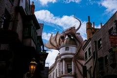 Stor magisk fantasidrake över byggnader i för Harry Potter för universell studio nöjesfält tema Royaltyfria Bilder