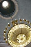 Stor mer chandalier med ljus som hänger från ett hål i taket Arkivbilder
