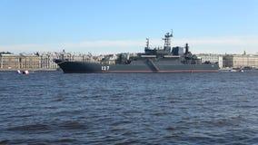 Stor Minsk för ` för landningskepp ` på den Neva floden Solig dag i Juli Förberedelse för marindag i St Petersburg lager videofilmer