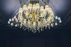 Stor modell för hängelagerlampor på klassiskt tak inom korridoren i natten royaltyfri fotografi