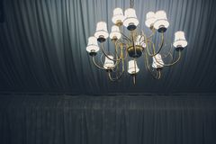 Stor modell för hängelagerlampor på klassiskt tak inom korridoren i natten royaltyfria bilder