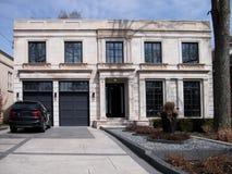 Stor modern hus och körbana Arkivfoton