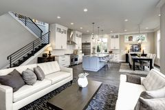 Stor modern lyxig vardagsruminre i det Bellevue hemmet royaltyfri foto