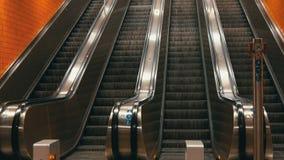 Stor modern rulltrappa i gångtunnel Deserterad rulltrappa utan folk på fyra gränder som flyttning upp och ner lager videofilmer