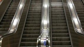 Stor modern rulltrappa i gångtunnel Deserterad rulltrappa utan folk på fyra gränder som flyttning upp och ner stock video