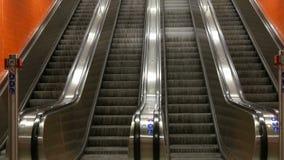 Stor modern rulltrappa i gångtunnel Deserterad rulltrappa utan folk på fyra gränder som flyttning upp och ner arkivfilmer