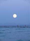 stor moon över pir Arkivbild