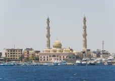 Stor moské i kust- egyptisk stad med fartyg Royaltyfri Fotografi