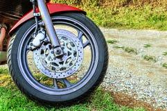 Stor motorcykelbenägenhet på dess ställning i skoglandsvägen arkivbild