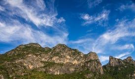 Stor moutain med blå himmel Fotografering för Bildbyråer