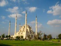 Stor muslimmoské med höga minaret i staden av Adana, Turkiet Arkivfoto