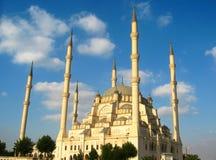 Stor muslimmoské med höga minaret i staden av Adana, Turkiet Arkivbild