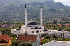 Stor muslimsk moské med två minaret i stången, Montenegro Arkivbilder