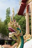 Stor naga som bevakar templet Arkivbilder
