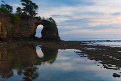Stor naturlig bro reflekterad låg Tide Neil Arkivbilder