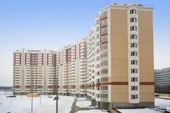 Stor ny bostads- hyreshus Arkivbild