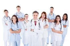 Stor olik grupp av den medicinska personalen i likformig Royaltyfria Foton