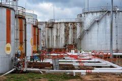 Stor olje- behållare i industrianläggning Arkivbild