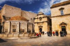 Stor Onofrio Fountain och St-frälsarekyrka i Dubrovnik, April 12, 2015 Royaltyfria Bilder