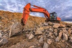 Stor orange grävskopa i byggnationerna av denValladolid huvudvägen Spanien royaltyfri bild