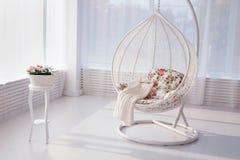 Stor oval vit konstnärlig stol i ett vitt rum arkivbild