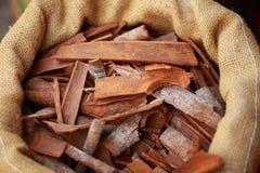Stor påse med kanelbruna sticks Royaltyfri Fotografi