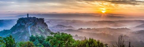 Stor panorama av av Bagnoregio på skymning i Italien Royaltyfri Fotografi